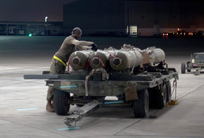 Tiêm kích F-15E KQ Mỹ chất đầy bom chùm quần thảo Vịnh Ba Tư: Xé nát tàu tấn công Iran? - Ảnh 2.