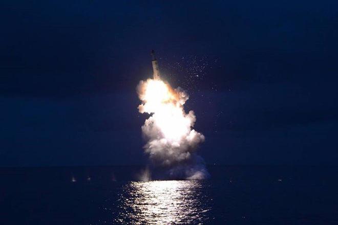 Triều Tiên bí mật phát triển tàu ngầm mang được 3 tên lửa đạn đạo - Ảnh 2.
