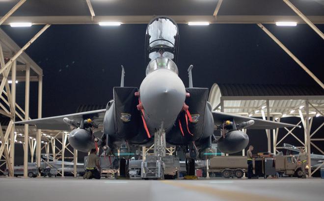 Tiêm kích F-15E KQ Mỹ chất đầy bom chùm quần thảo Vịnh Ba Tư: Xé nát tàu tấn công Iran? - Ảnh 1.